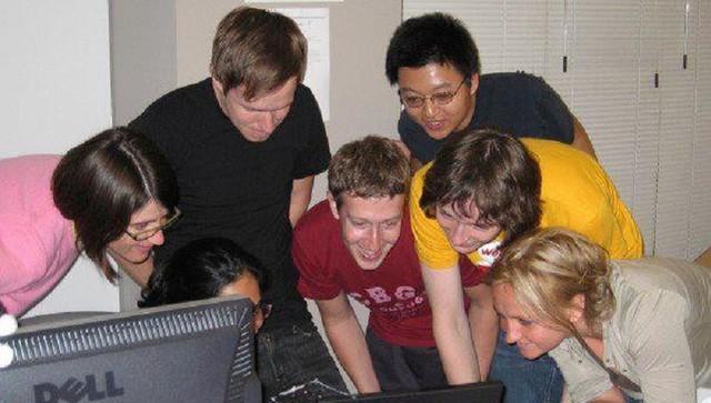Hôm nay Facebook tròn 15 tuổi, cùng nhìn lại hành trình khó tin của Mark Zuckerberg: Từ cậu sinh viên bỏ học đến tỷ phú sở hữu MXH 'đông dân' nhất hành tinh - Ảnh 3.