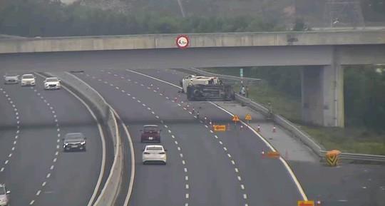2 ôtô lật nghiêng trên cao tốc Hà Nội-Hải Phòng, 5 người bị thương  - Ảnh 1.