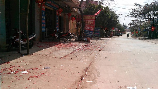 Hải Phòng, Bắc Giang: Xác pháo vương vãi trên nhiều tuyến đường  - Ảnh 1.