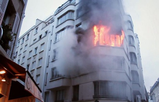 Pháp: Cháy chung cư, 35 người thương vong  - Ảnh 1.