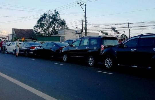 Tai nạn liên hoàn giữa 5 xe con, đường lên Đà Lạt kẹt cứng - Ảnh 2.