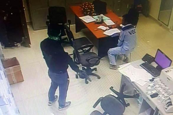 Lời khai của 2 nhân viên cũ dùng súng khống chế cướp 2,2 tỷ đồng ở trạm thu phí Dầu Giây - Ảnh 1.