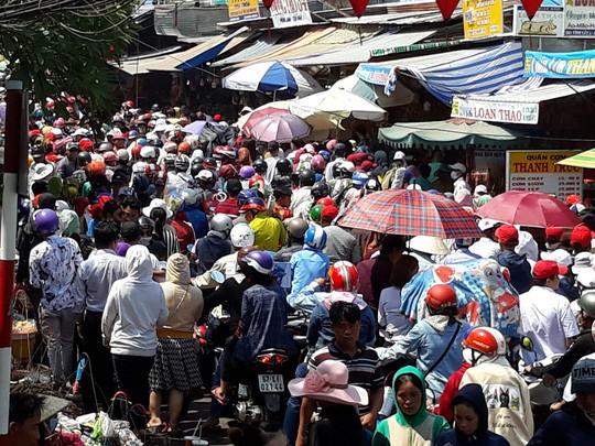 Kẹt cứng đường vào ngôi miếu lớn nhất Việt Nam  - Ảnh 7.