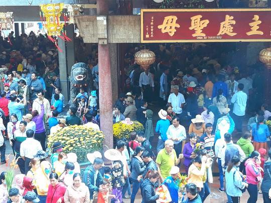 Kẹt cứng đường vào ngôi miếu lớn nhất Việt Nam  - Ảnh 10.