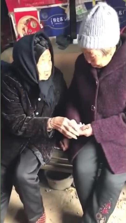 Con dù lớn vẫn là con của mẹ: Khoảnh khắc người mẹ 105 tuổi lì xì cho con gái 74 tuổi khiến nhiều người rơi nước mắt - Ảnh 1.
