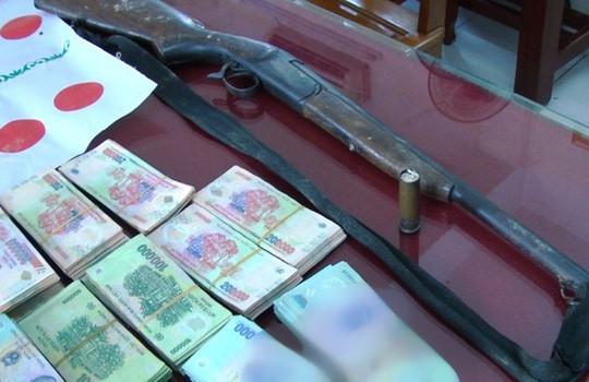 Khởi tố vụ đánh bạc hơn 1 tỉ đồng, có cả súng với đạn đã lên nòng  - Ảnh 1.