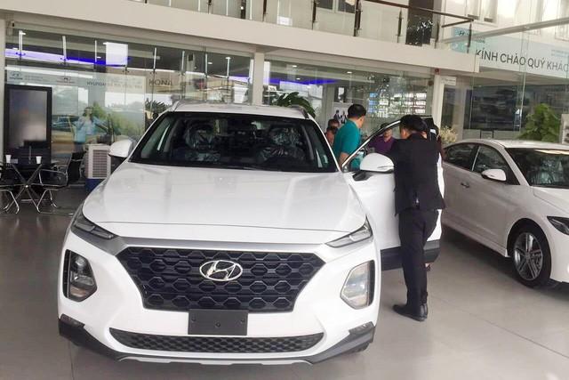Thời xe Hàn lên ngôi tại Việt Nam: Hyundai tăng giá, bán ngang Toyota bất chấp xe Nhật giảm giá sâu - Ảnh 1.