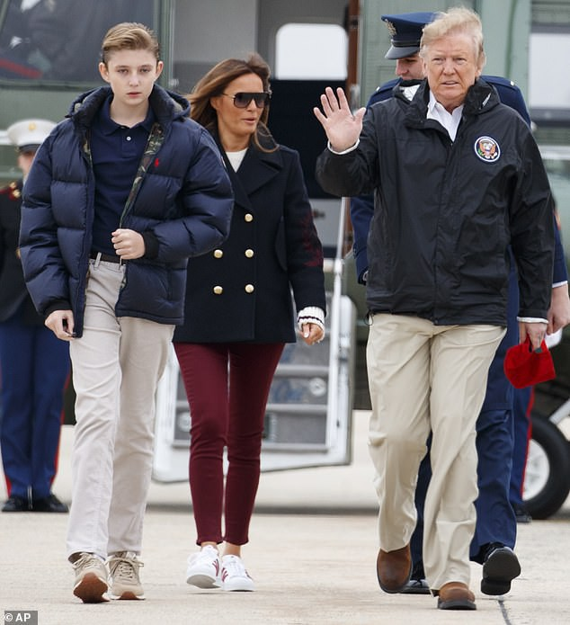Xuất hiện lạnh lùng, không một nụ cười, quý tử nhà Trump vẫn gây sốt bởi vẻ ngoài hút hồn, nổi trội hơn cả bố mẹ với chiều cao gây choáng - Ảnh 2.