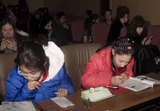 Chùm ảnh lột tả sự khắc nghiệt đến kinh hoàng về cuộc chiến học tập của học sinh các nước Châu Á - Ảnh 2.
