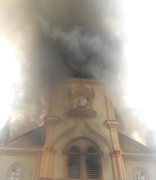 Cháy lớn ở nhà thờ, thiêu rụi nhiều tài sản bên trong - Ảnh 4.