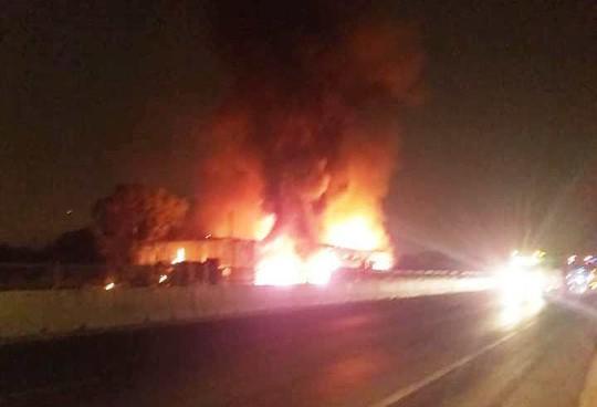Xe khách bốc cháy dữ dội, hơn 50 hành khách bỏ chạy tán loạn  - Ảnh 1.