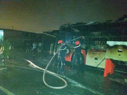 Xe khách bốc cháy dữ dội, hơn 50 hành khách bỏ chạy tán loạn  - Ảnh 2.