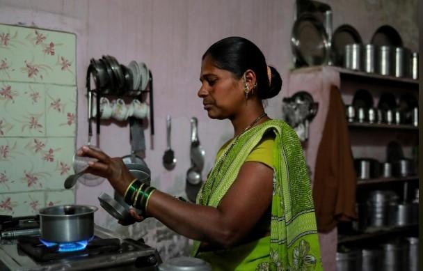 Từ nông trường đến khu ổ chuột, phụ nữ Ấn Độ rơi vào khủng hoảng nghề nghiệp - Ảnh 1.
