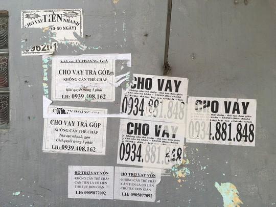 Nhếch nhác tờ rơi cho vay nặng lãi tràn lan trên đường phố Đà Nẵng  - Ảnh 4.