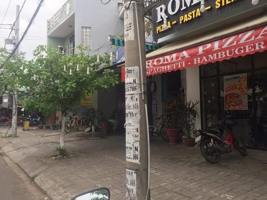 Nhếch nhác tờ rơi cho vay nặng lãi tràn lan trên đường phố Đà Nẵng  - Ảnh 8.