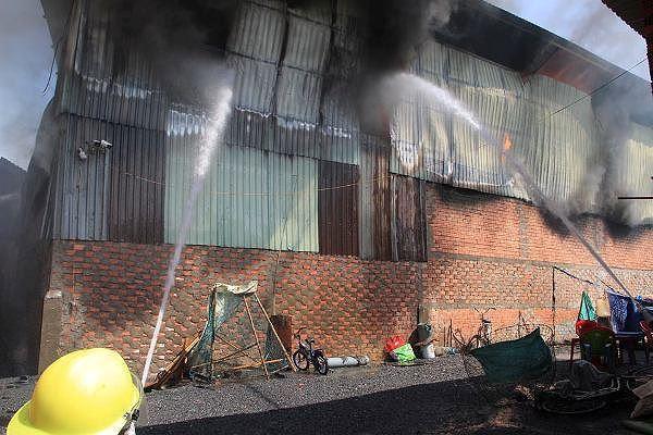 Công ty gỗ ở Bình Dương phát cháy dữ dội - Ảnh 3.