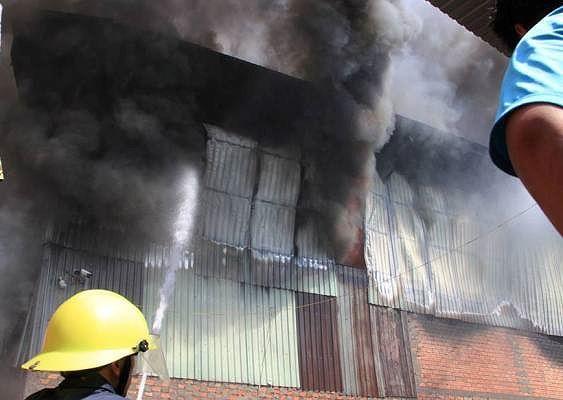 Công ty gỗ ở Bình Dương phát cháy dữ dội - Ảnh 4.