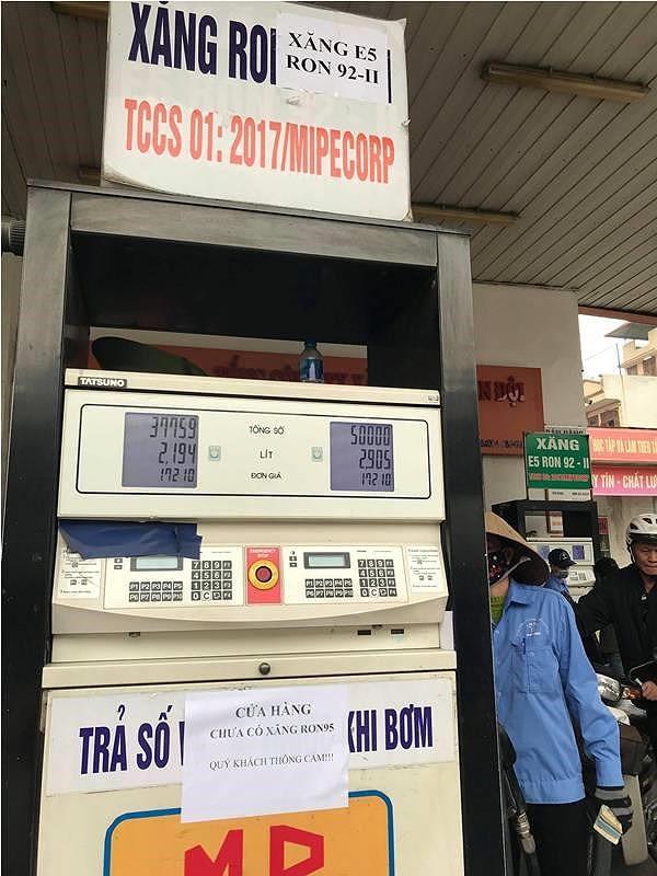 Nhiều cửa hàng ở Hà Nội thông báo hết xăng A95 - Ảnh 1.