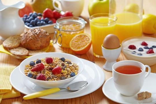 Bất ngờ với cách ăn sáng - ăn tối giúp bạn đẩy lùi ung thư - Ảnh 1.