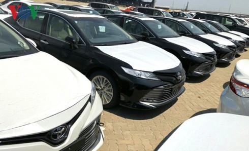 Hình ảnh hàng trăm Toyota Camry 2019 xếp hàng dài tại cảng TP HCM - Ảnh 1.