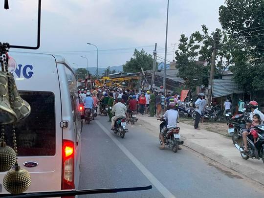 Xe tải chở rau tông hàng loạt nhà dân, tài xế và phụ xe thiệt mạng  - Ảnh 1.