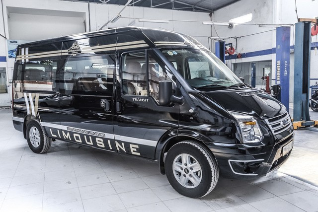 Đại lý chào bán Ford Transit 'chuyên cơ mặt đất' giá bạc tỷ tại Việt Nam - Ảnh 1.