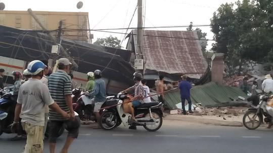 Xe tải chở rau tông hàng loạt nhà dân, tài xế và phụ xe thiệt mạng  - Ảnh 2.