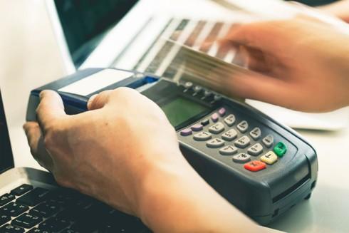 Rút tiền mặt từ thẻ tín dụng qua máy POS: Phạm pháp và nhiều rủi ro - Ảnh 1.