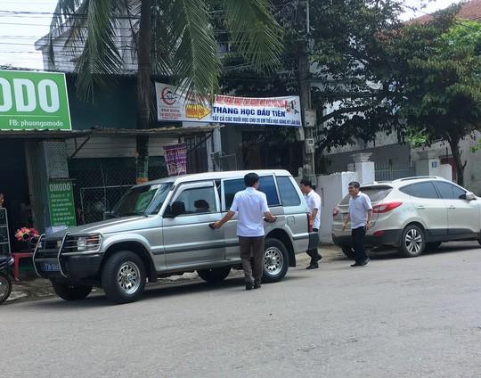 Lộ chủ nhân của nhiều xe biển xanh đi tiệc cưới con chủ nhiệm UBKT Quảng Bình  - Ảnh 1.