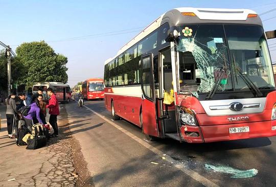 Hai xe khách tông nhau, 50 hành khách hoảng loạn la hét - Ảnh 1.
