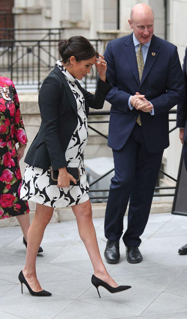 Meghan bị chỉ trích vì mặc bộ váy phản cảm trong sự kiện chào mừng Ngày quốc tế phụ nữ và tiếp tục để lộ dấu hiệu bất thường về bụng bầu 8 tháng  - Ảnh 1.