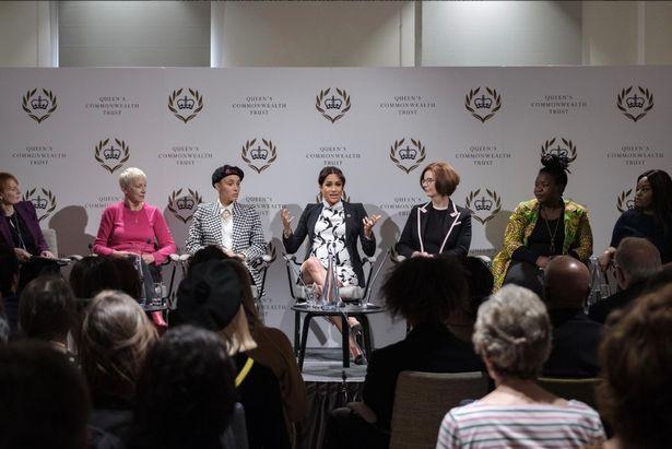 Meghan bị chỉ trích vì mặc bộ váy phản cảm trong sự kiện chào mừng Ngày quốc tế phụ nữ và tiếp tục để lộ dấu hiệu bất thường về bụng bầu 8 tháng  - Ảnh 2.