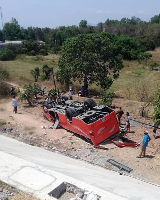 Hiện trường thảm khốc vụ xe chở du khách nước ngoài lao xuống vực ở Bình Thuận - Ảnh 3.