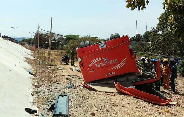 Hiện trường thảm khốc vụ xe chở du khách nước ngoài lao xuống vực ở Bình Thuận - Ảnh 12.