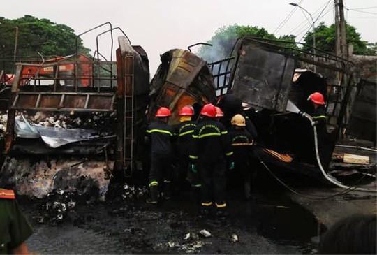 Xe tải tông nhau cháy dữ dội trên quốc lộ 1A, 2 người chết cháy trong cabin  - Ảnh 2.