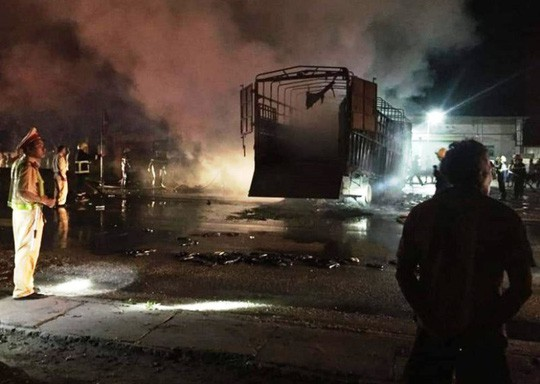 Xe tải tông nhau cháy dữ dội trên quốc lộ 1A, 2 người chết cháy trong cabin  - Ảnh 3.