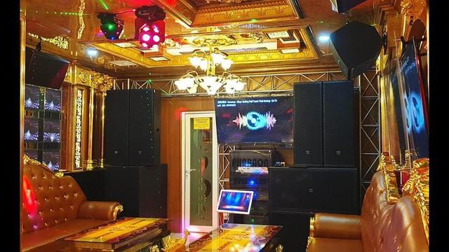 Bên trong quán karaoke ăn chơi của Phúc XO - người đeo nhiều vàng nhất Việt Nam vừa bị công an tạm giữ - Ảnh 3.