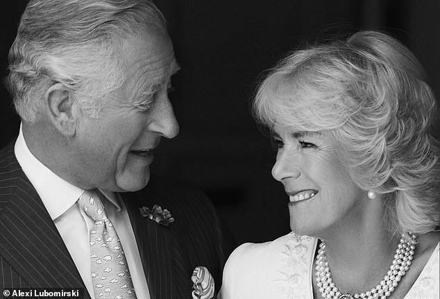 Thái tử Charles và vợ đăng ảnh kỷ niệm 14 năm ngày cưới nhưng người dùng mạng đã chỉ ra điểm bất thường và tỏ thái độ bất ngờ với kẻ thứ 3 Camilla - Ảnh 1.