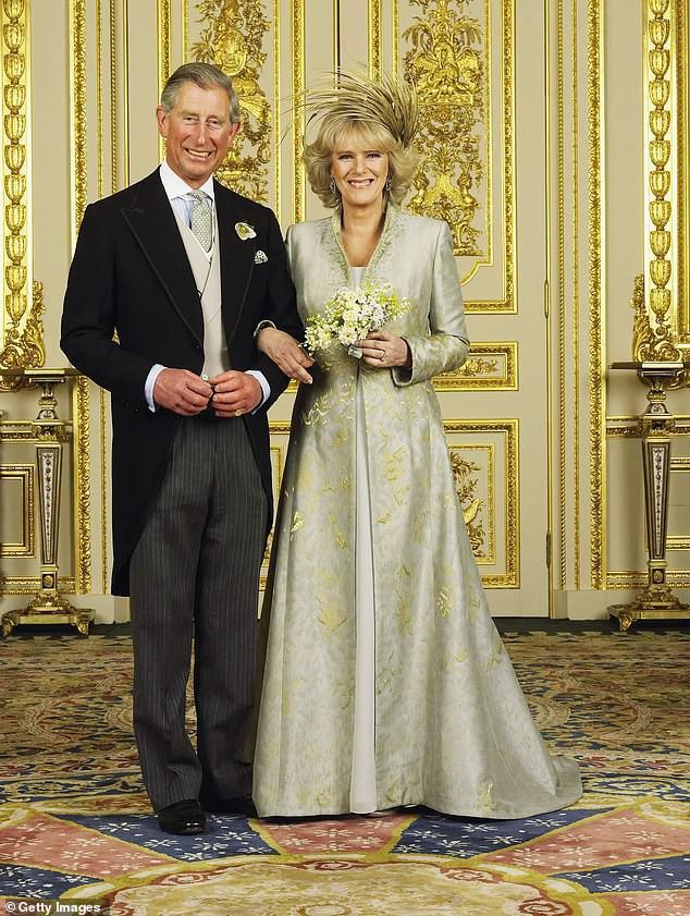 Thái tử Charles và vợ đăng ảnh kỷ niệm 14 năm ngày cưới nhưng người dùng mạng đã chỉ ra điểm bất thường và tỏ thái độ bất ngờ với kẻ thứ 3 Camilla - Ảnh 2.