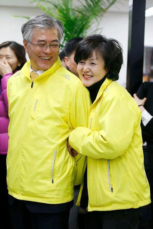 Mối tình lãng mạn của Tổng thống Hàn Quốc và vợ: Từ giảng đường đến chính trường, hơn 40 năm dài vẫn nắm chặt tay nhau - Ảnh 8.