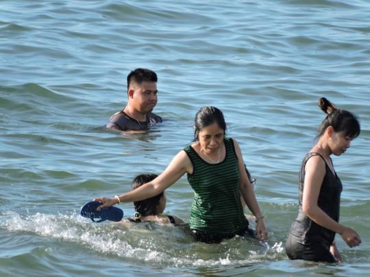 Vũng Tàu đông như nêm, nhiều du khách bị sứa tấn công  - Ảnh 3.
