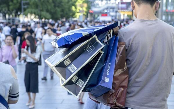 Giới trẻ Trung Quốc đang phát cuồng với dịch vụ làm giả sự giàu có: Mất chỉ 20.000 đồng để sống ảo với đồ hiệu, siêu xe - Ảnh 2.