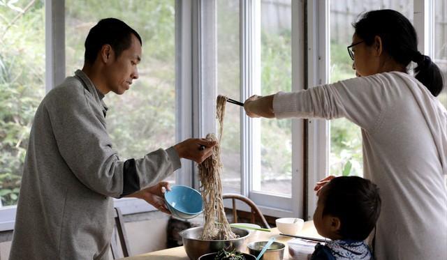Người đàn ông Hong Kong bỏ phố về quê để sống xanh: Tự nhóm lửa, trồng rau, cả gia đình không dùng giấy vệ sinh suốt hơn 10 năm trời - Ảnh 5.