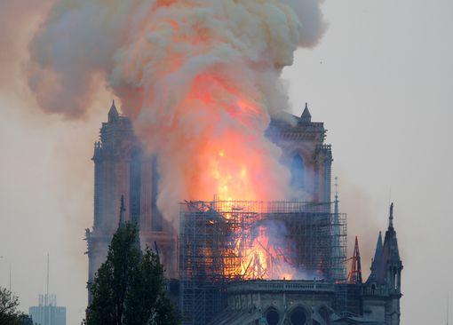 Cháy Nhà thờ Đức Bà ở Paris: Vì sao không thể chữa cháy từ trên không?  - Ảnh 6.