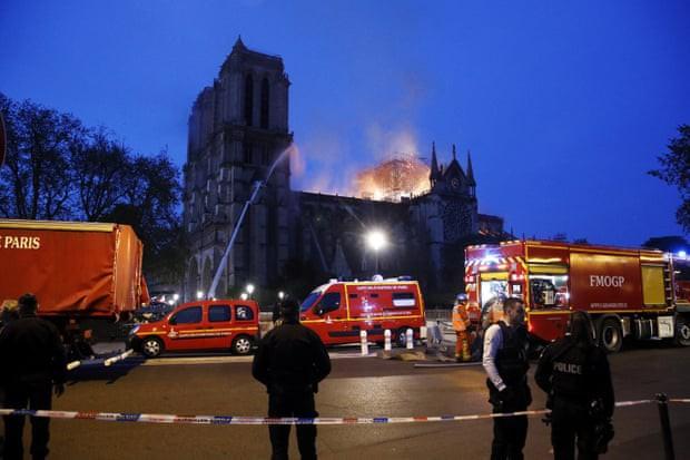 Cháy dữ dội bao phủ Nhà thờ Đức Bà Paris, đỉnh tháp 850 năm tuổi sụp đổ - Ảnh 9.