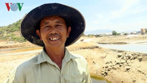 Muối trúng mùa trúng giá, diêm dân Ninh Thuận bội thu - Ảnh 2.
