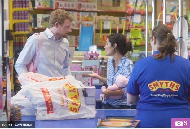 Thực hư đằng sau loạt ảnh Hoàng tử Harry và Meghan bế con đầu lòng đứng trước bệnh viện và đi mua sắm đồ dùng em bé gây xôn xao dư luận - Ảnh 2.