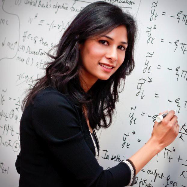 Chuyện chưa kể về người phụ nữ xinh đẹp đầu tiên giữ chức kinh tế trưởng của IMF: Từ cô gái trung lưu Ấn Độ đến vị giáo sư xuất sắc của Harvard ai cũng nể phục! - Ảnh 1.