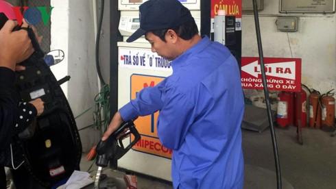 """Giá xăng dầu tăng liên tiếp, chi phí """"đè"""" người dân và doanh nghiệp - Ảnh 1."""