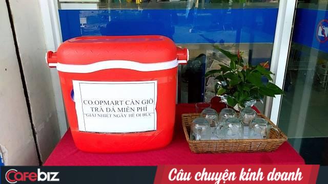 Một đại gia bán lẻ Việt dùng lá chuối thay nilon bọc thực phẩm, free nước lạnh/trà đá cho khách hàng những ngày nắng nóng - Ảnh 4.